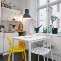 Chaise jaune dans une cuisine blanche