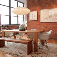 Table en bois dans la cuisine de style loft