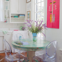 Chaises en plastique transparent dans la salle à manger