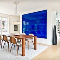 Design de salon lumineux avec un accent bleu