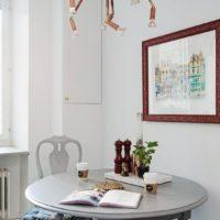 Lampe originale sur la table à manger