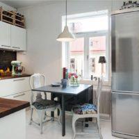 Réfrigérateur en acier inoxydable à l'intérieur de la cuisine
