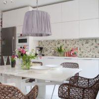 Meubles en osier dans la cuisine-salon