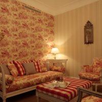Нощна лампа в спалнята с хартиени тапети