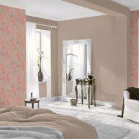 Комбинацията от флорални тапети с боядисани стени