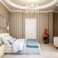 Вертикални ивици върху тапета в спалнята