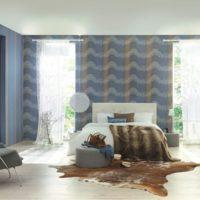 Модерна спалня със син тапет