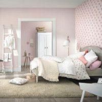 Спалня на младо момиче с реколта легло