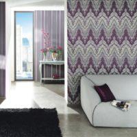 Бял диван на фона на разноцветни тапети