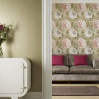 Малинови възглавници на сив диван