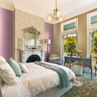 Люляк тапет в спалнята на частна къща