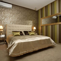 Огледало в позлатена рамка на стената на спалнята