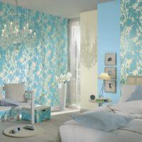 Полилей в интериора на спалнята в ярки цветове