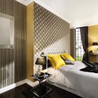 Жълти възглавници в интериора на спалнята