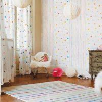 Тапет с малки орнаменти в стаята за новороденото
