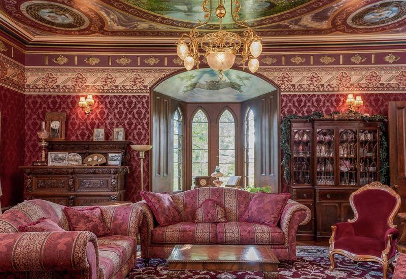 Интериор на всекидневната в стил рококо с релефен тапет