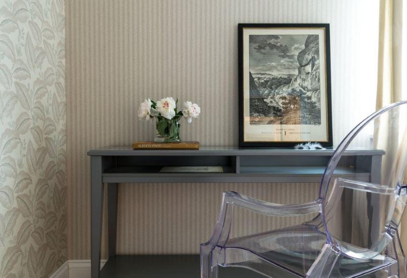 Свежи цветя на маса близо до сива стена с тапет