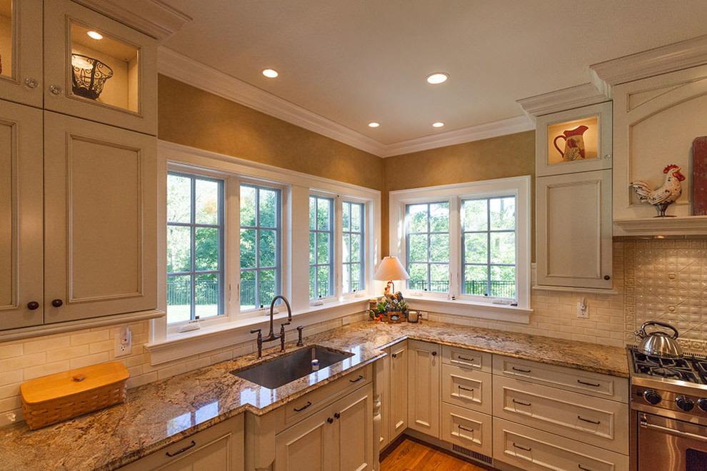 Spotlight u kuhinji sa zlatnim tapetama