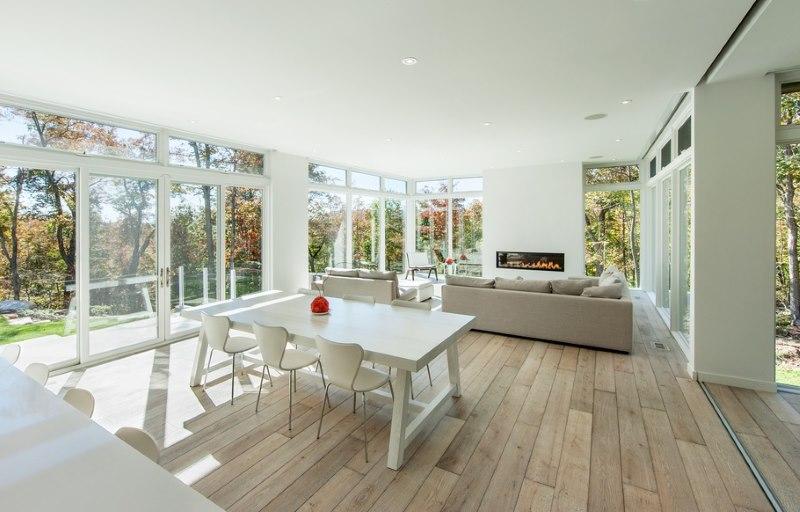 Cuisine / salle à manger dans une maison privée avec fenêtres panoramiques