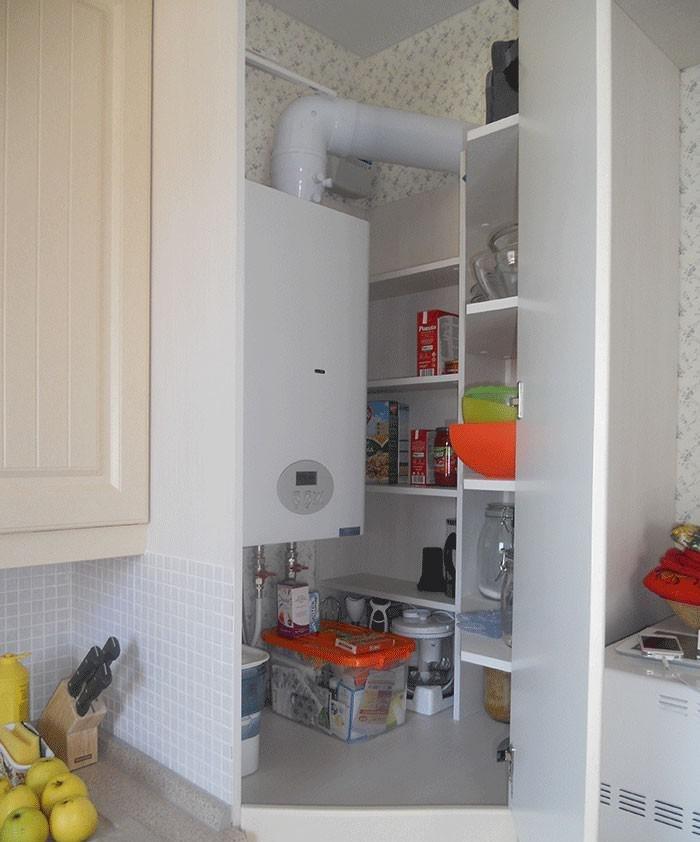 Déguisement d'une chaudière à gaz dans une petite cuisine