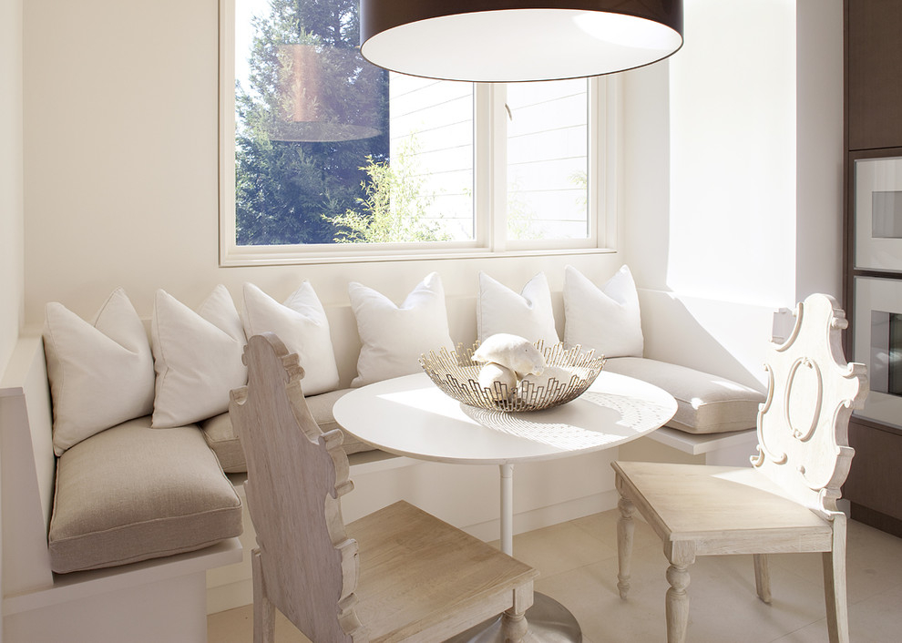 Coussins blancs sur un canapé dans une salle à manger