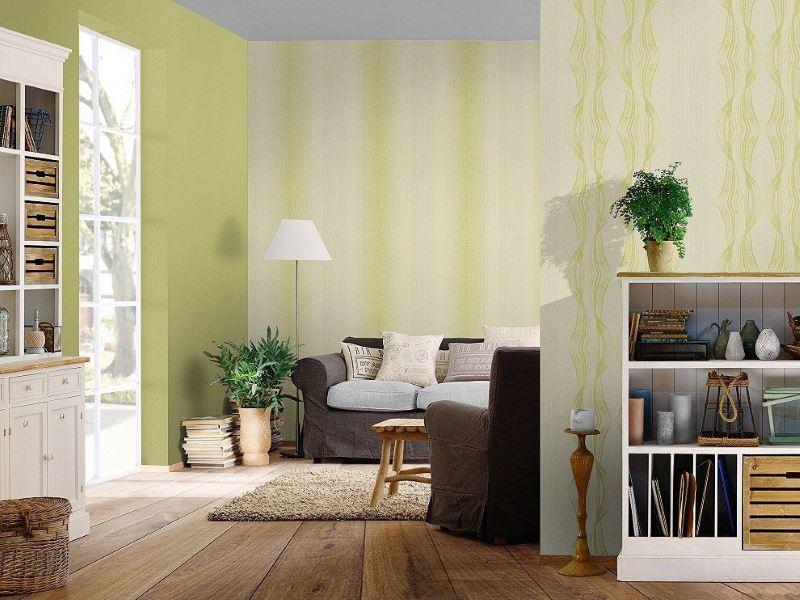 Зелен тапет по стените на хола