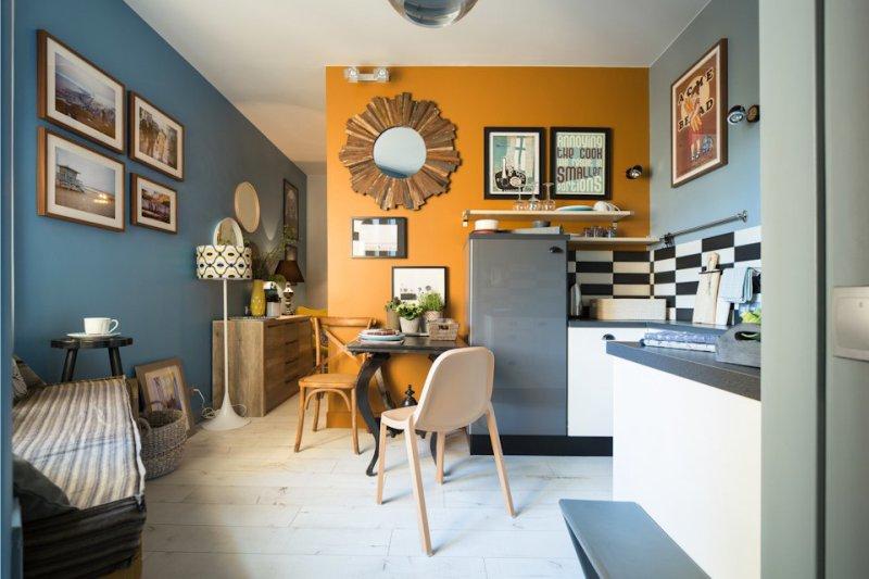 Affiches sur le mur de la cuisine près de la table à manger
