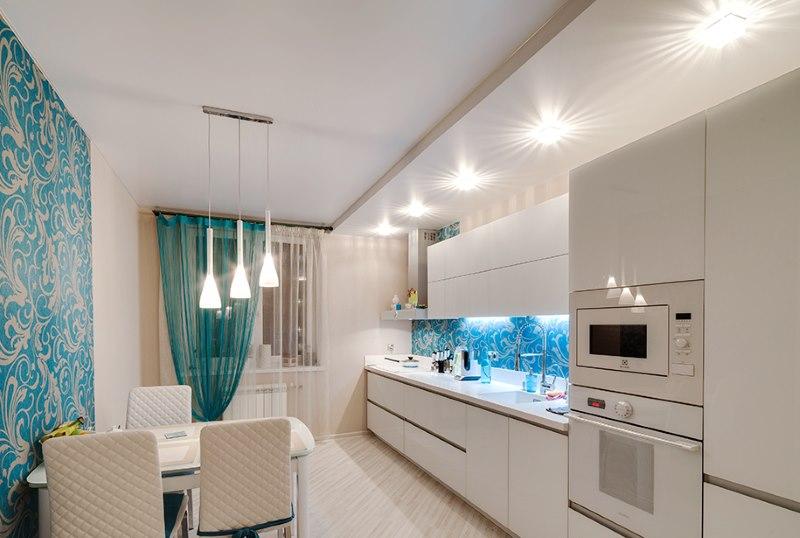 Plafond lumineux sur deux niveaux au-dessus de la salle à manger dans la cuisine d'un appartement en ville