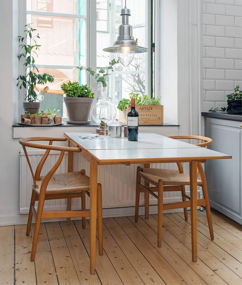 Table de cuisine à charnière devant la fenêtre de la cuisine d'une maison privée