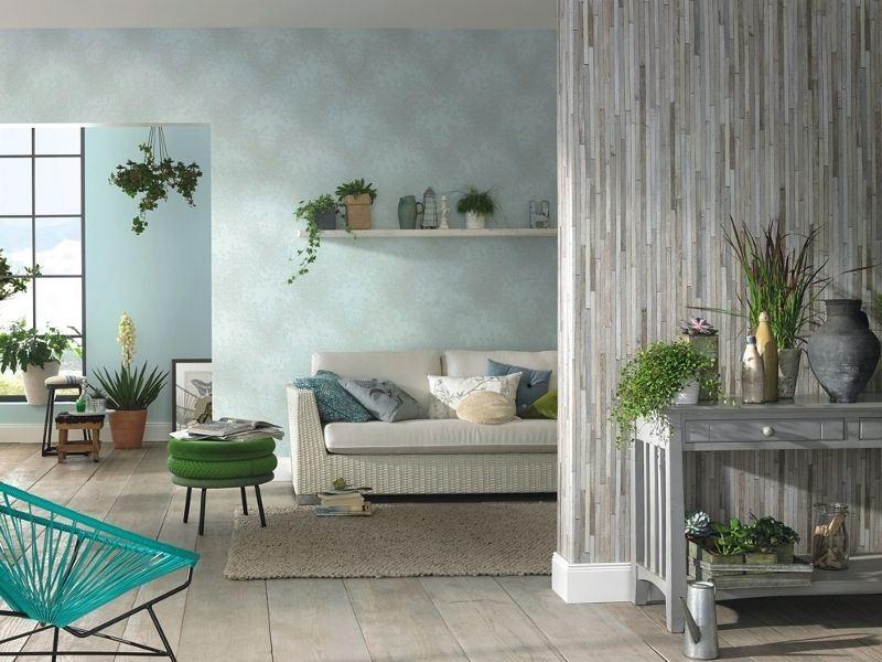 Живи растения в интериора на хола с хартиени тапети