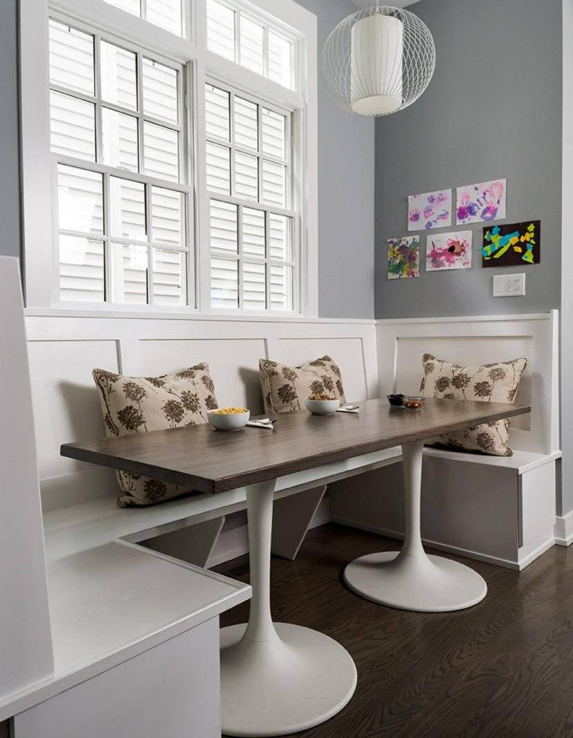 Conception de la salle à manger de style rétro avec une table moderne.