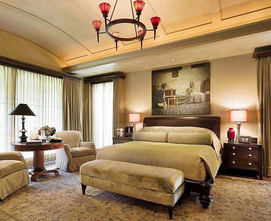 Masīva gulta vācu stila guļamistabā