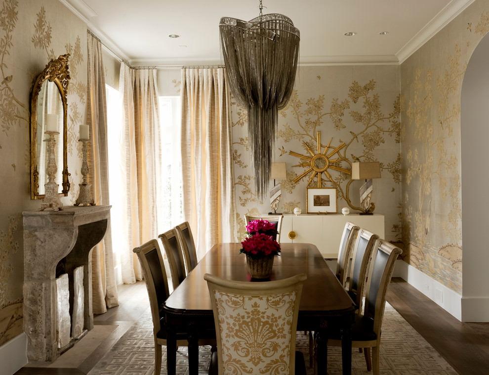 Veliki stol za blagovanje u sobi sa zlatnim tapetama