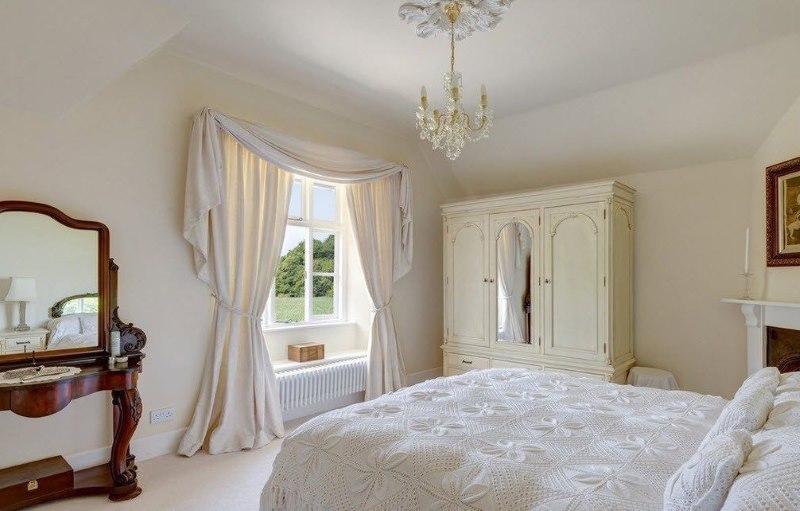 Klasiska guļamistaba krēmkrāsas toņos