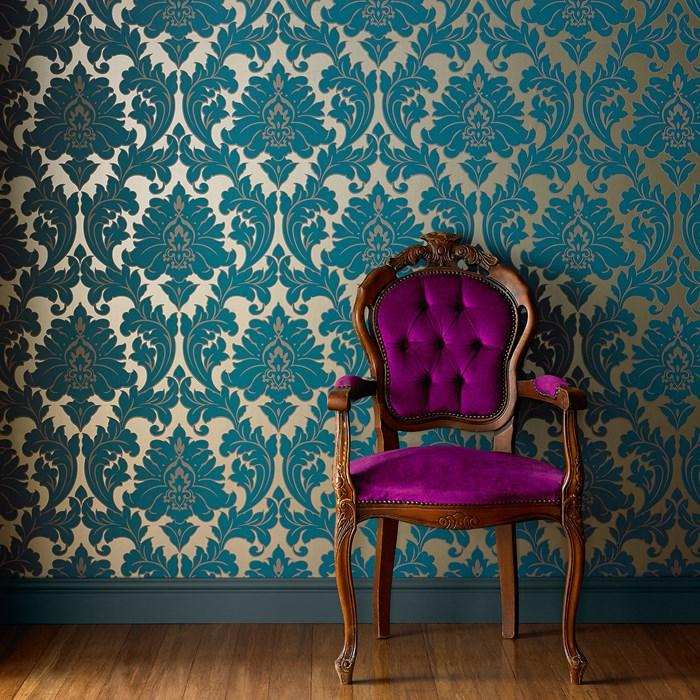 drvena stolica uz zid s tamnim zlatnim tapetama
