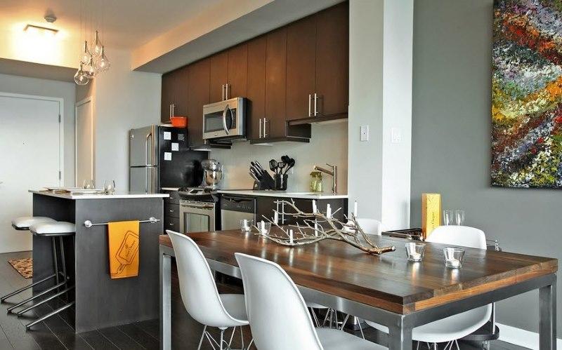 Design moderne de la salle à manger dans la cuisine-salon