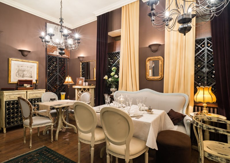 Ēdamistabas dizains klasiskā stila virtuvē-viesistabā