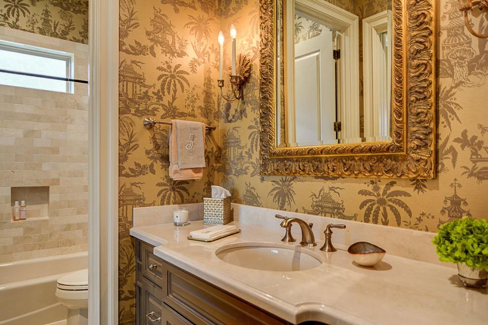 Bijeli sudoper i ogledalo u zlatnom okviru