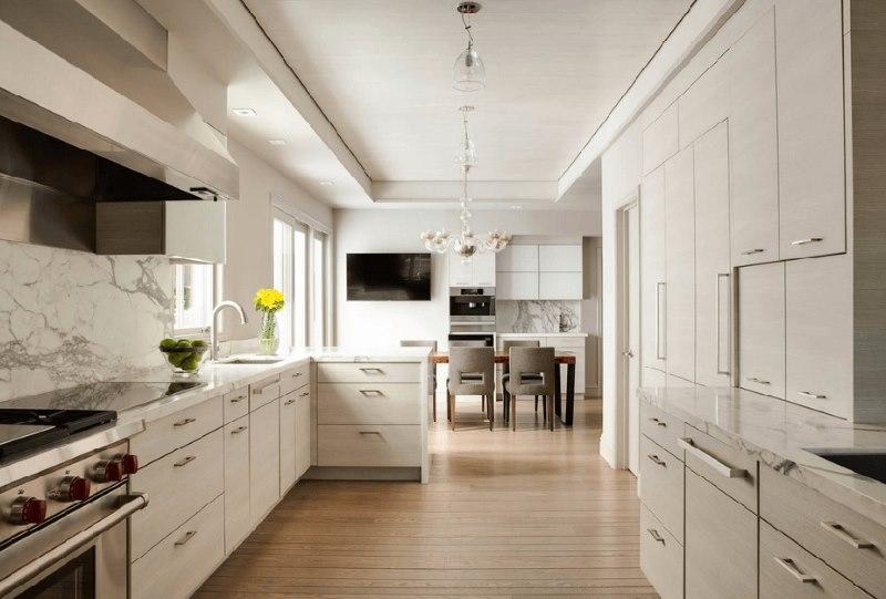 L'intérieur de la cuisine d'une maison privée dans un espace étroit