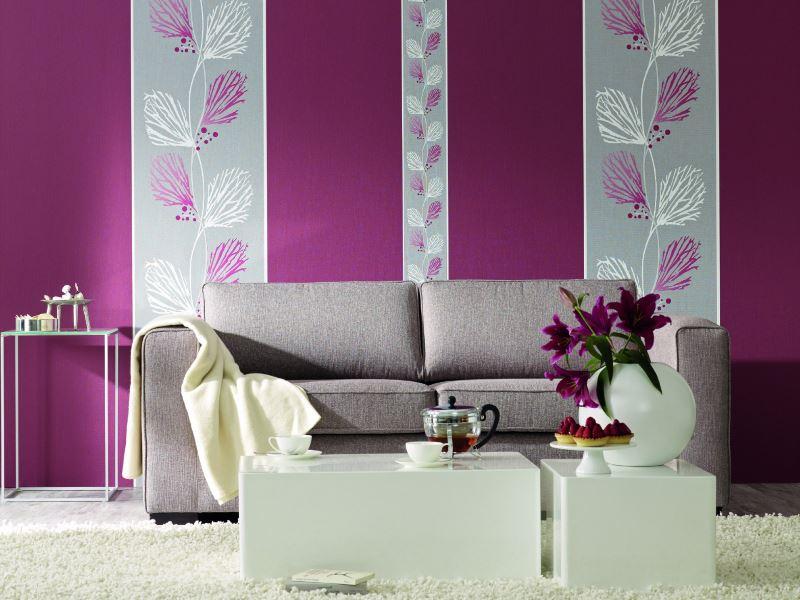 Подчертаване на диван за хол с ленти от живи тапети