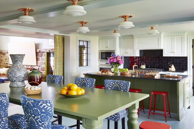 Chaises lumineuses avec dossier à la table de la cuisine-salon
