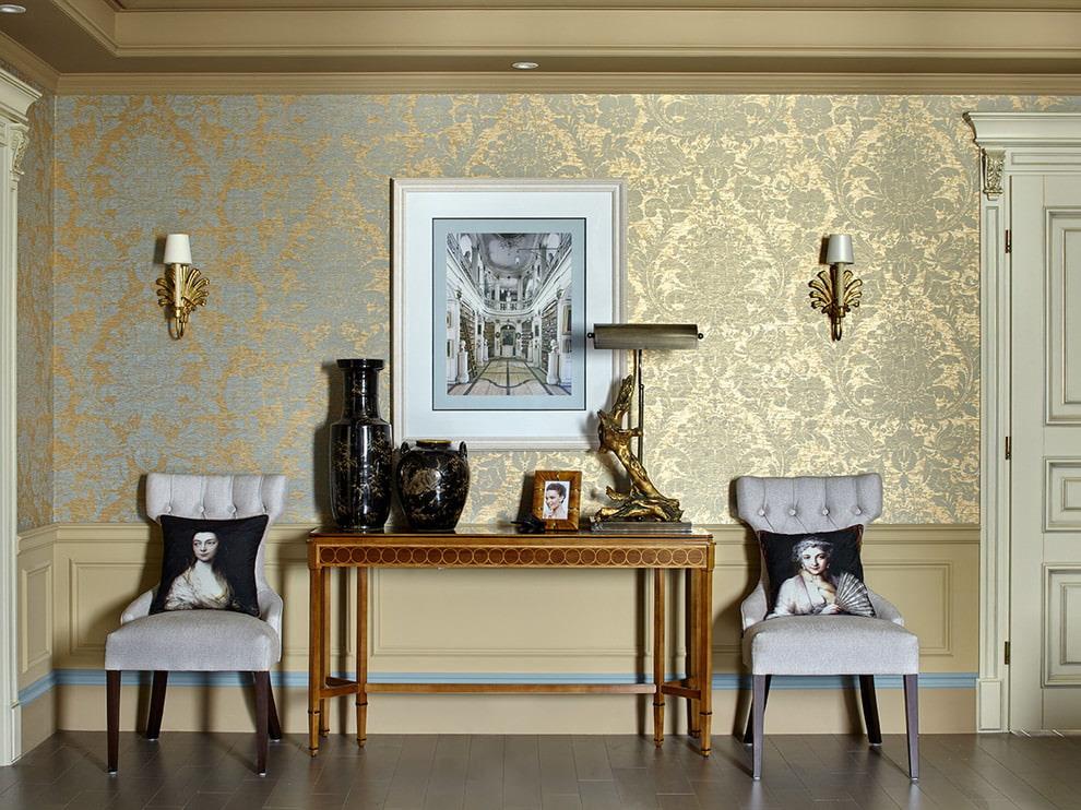 Zlatna reljefna papirna tapeta u unutrašnjosti dnevne sobe