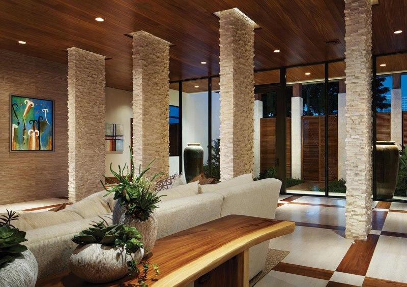 Dzīvojamās istabas platības zonēšana ar dabīgā akmens kolonnām