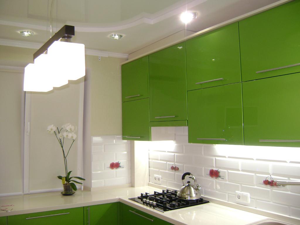 Intérieur d'une cuisine blanche avec un ensemble vert