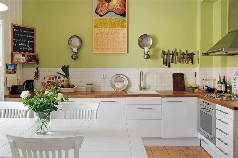 Intérieur de cuisine avec mur de pistache