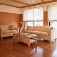 Brūna flīzēta viesistaba ar spīdīgu grīdu