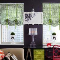 Melnas sienas un zaļi aizkari