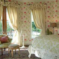 Tapetes puķē guļamistabā
