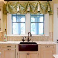 Virtuves izlietne loga priekšā privātmājā