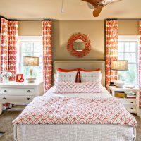 Sarkanā un baltā tekstilizstrādājums guļamistabas dizainā